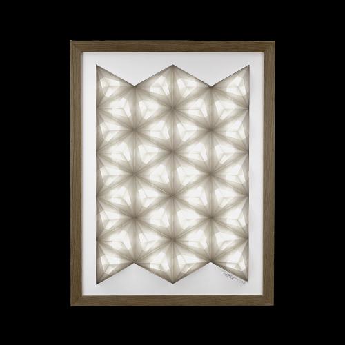 Fritlagt foto af original håndfoldet Sonobe Light papirlampe lavet af Charlotte Brandt, model WallArt, dæmpbart lysbillede som vægkunst, str. large med hvidmalet træramme