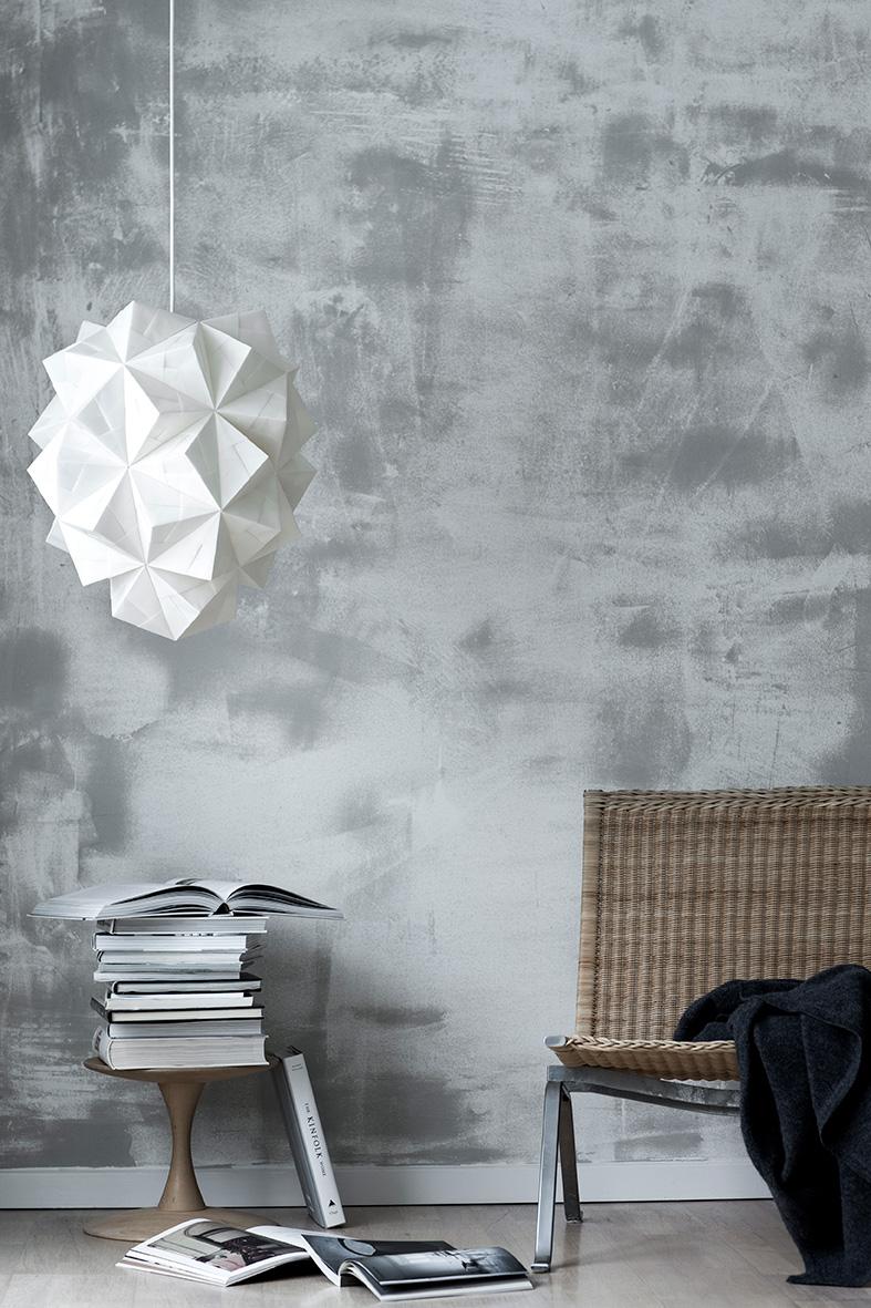 Stylet miljøfoto af Sonobe Light håndfoldede papirlamper af Charlotte Brandt, her model Amaea, stor pendel