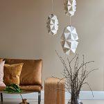 Stylet miljøfoto af Sonobe Light håndfoldede papirlamper af Charlotte Brandt, her model Cala pendel, gruppe med to stk i small og en i large
