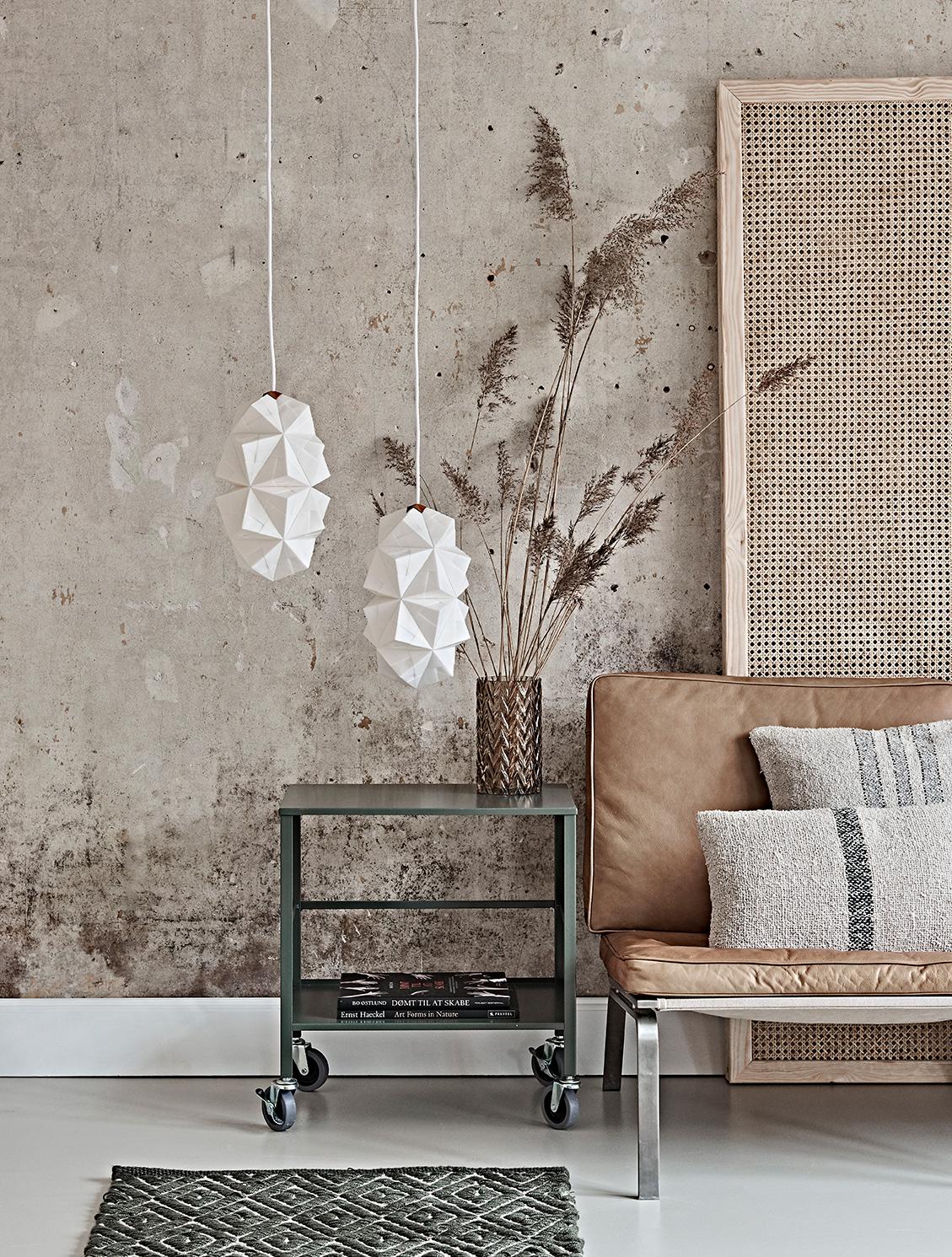 Stylet miljøfoto af Sonobe Light håndfoldede papirlamper af Charlotte Brandt, her model Cala pendel x 2 i small