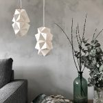 Stylet miljøfoto af Sonobe Light håndfoldede papirlamper af Charlotte Brandt, her model Cala pendant i small