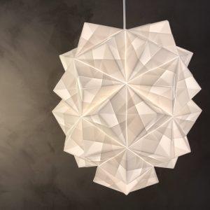 Håndfoldet papirlampe fra Sonobe Light, stor model Amaea mod smuk ny kalkmalet væg i den kommende butik og studio på Vesterbrogade 177, Frederiksberg