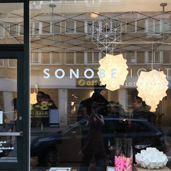 Foto gennem ruden i Sonobe Light butik og Studio, Vesterbrogade 177, Frederiksberg