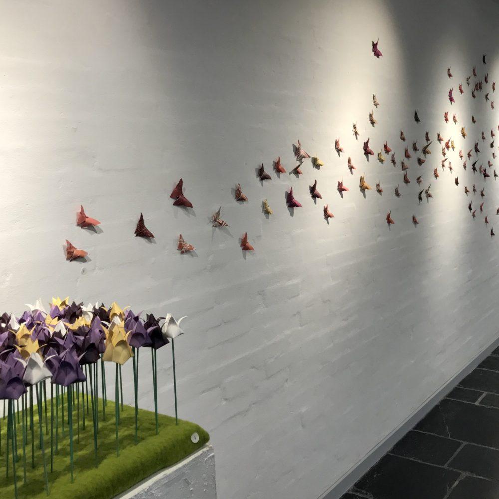 150 foldede papirsommerfugle og 60 papirtulipaner - kunstinstallation som del af udstillingen Skåret Foldet Flettet i Taastrup Kunstforening