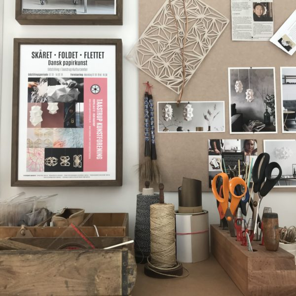 Et hjørne af værktøshylden i papirværkstedet hos Charlotte Brandt, Sonobe Light