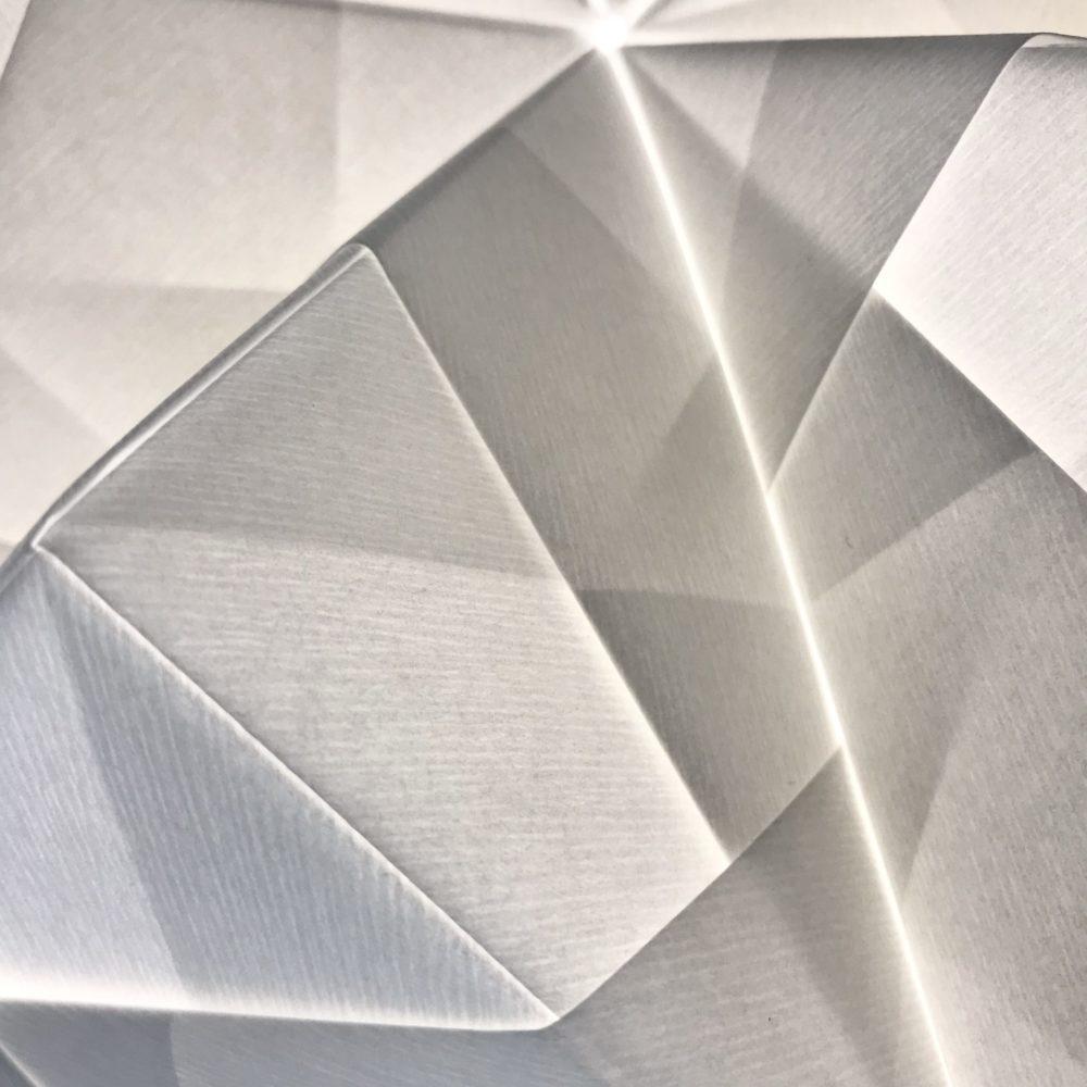 Close up foto af papirstruktur for det papirmateriale der anvendes til alle de håndfoldede Sonobe Lamper.