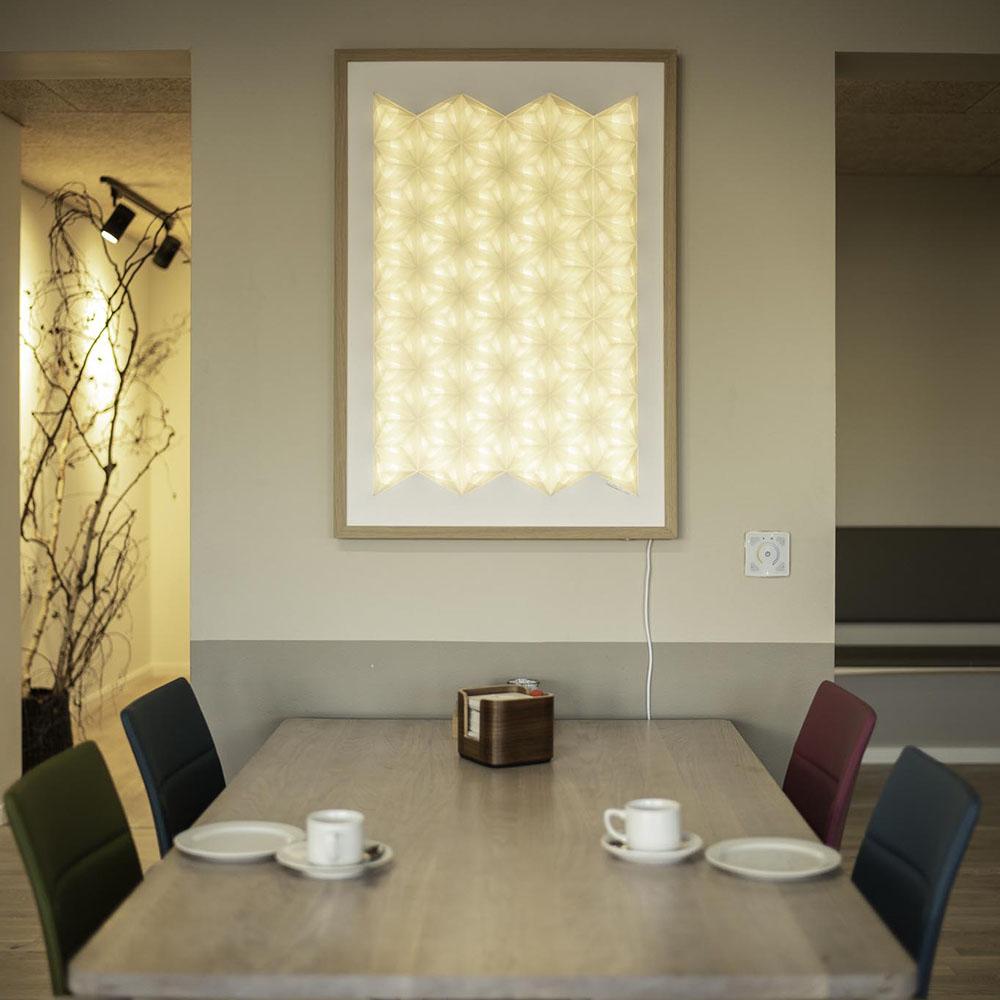 SpaceInnovators arkitekter har anvendt Sonobe LIght, håndfoldede papirlamper og WallArts til belysningen på plejecenter