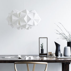 Stylet miljøfoto af Sonobe Light håndfoldede papirlamper af Charlotte Brandt, her model Siphonia XL
