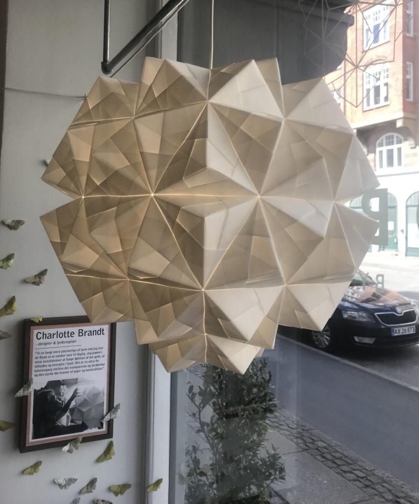 Ny XL håndfoldet papirlampe. 120 ark papir, 60 cm i dia, rund model Gaia