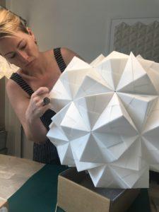 Ny XL håndfoldet papirlampe på vej i værkstedet, Vesterbrogade 177, Frb. 120 ark foldet papir, 60 cm i dia, rund model Gaia