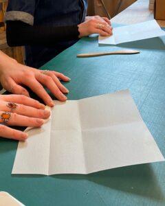 Malou lærer Signe at fold sonober, papirværkstedet i Sonobe Light