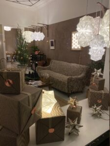 Julepyntet i Sonobe Light butikken på med hjælp fra Signe, der er erhvervspraktikant