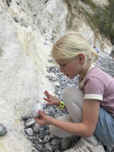 Navnene på Sonobe lamperne er givet efter fossiler i det danske kridt og kalklandskab. Freja Marie på 6 leder efter fossiler på stranden v Møns Klint