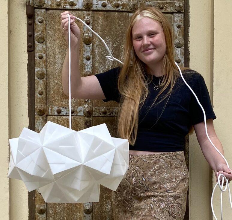Minna med XX-lampen, håndfoldet af 55 ark papir